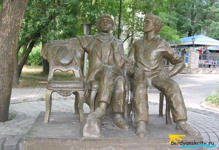 Памятник Остапу Бендеру и Шуре Балаганову